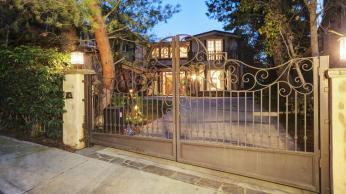 Sarah-Michelle-Gellar-and-Freddie-Prinze-Jr.-Gated-Home